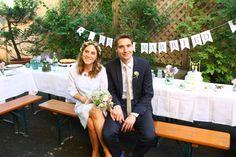 Paul und Kathi wollten eine kleine aber sehr feine Hochzeit, ganz in ihrem persönlichen Vintage-Stil feiern. Da ihnen das nötige Kleingeld für eine Location fehlte, verlagerten sie ihr Fest einfach in den eigenen Hinterhof. Mit vielen kreativen DIY Ideen haben sie es geschafft, eine wunderbare Atmosphäre zu zaubern. Lest selbst, wie auch eure Hochzeit für wenig Geld ein absoluter Knaller werden kann! Kathi hat Strauß & Fliege einige Geheimnisse verraten.