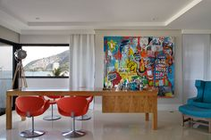 Canvas graffiti in the interior design - via : robertamoura – Projeto Roberta Moura, Paula Faria e Luciana Mambrini
