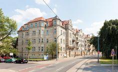 Nürnberger Ei  Das Ensemble wurde ursprünglich vom Königlichen Stab bewohnt. In der Bombennacht vom 13. Februar 1945 wurde es durch einen mutigen Hausbewohner gerettet, der die Brandbomben unter Lebensgefahr vom Dach warf. Ihm verdanken wir, dass es dieses Haus in der alten Pracht noch gibt – als einer von nur wenigen Altbauten am Nürnberger Ei.