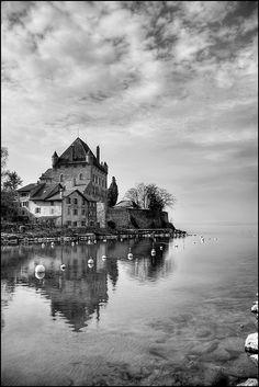 Chateau d'Yvoire en Haute-Savoie - Yvoire est un village médiéval fortifié situé sur les rives du lac Léman -  Photo de wildstar38