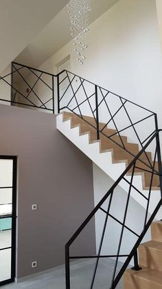 Trapleuning in gepoederlakt staal. Modern Stair Railing, Staircase Handrail, Steel Handrail, Stair Railing Design, Modern Stairs, Steel Stairs Design, Handrail Ideas, Escalier Design, House Stairs