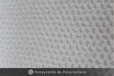 ::Honeycomb de Polipropileno:: Apresenta uma estrutura celular única pois ele é fabricado através de uma estrutura tubular que permite um maior equilibro de propriedades mecânicas em 3 direções, produzindo um material estável e uniforme. Possui enorme resistência à corrosão, fungos e umidade, além de amortecimento acústico e vibratório. Sua utilização é tornou-se muito procurada pelos setores de arquitetura e construção civil.