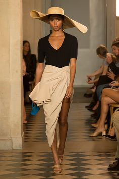 All of the best looks of the Jacquemus runway collection from Fashion Week Spring/Summer 2018 Fashion Week Paris, Fashion Week 2018, Runway Fashion, Spring Fashion, High Fashion, Fashion Outfits, Fashion Tips, Fashion Design, Fashion Fashion