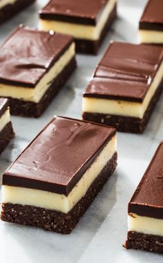 Canadians have loved this tri-layer bar cookie for decades. Time to bring it south. Canadians have loved this tri-layer bar cookie for decades. Time to bring it south. Caramel Chocolate Bar, Chocolate Graham Crackers, Chocolate Topping, Chocolate Ganache, Nanaimo Bars, Köstliche Desserts, Chocolate Desserts, Dessert Recipes, E Cooking