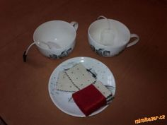 Čaj: Podle střihu vystřihneme obdélník s ustřihnutými rohy, připravíme si provázek a obdélníček bare...