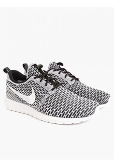 9c8c085910d43d Men s Flyknit Roshe Run Sneakers in gray textured effect