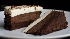 Πρόκειται για την ιδανική τούρτα για τους λάτρεις της σοκολάτας! Η τούρτατριπλής σοκολάτας αποτελείται από κουβερτούρα, σοκολάτα γάλακτος και λευκή σοκολάτα, ενώ για την παρασκευή της χρειάζονται μόνο 4 υλικά! Εκτέλεση Παίρνετεμια μεγάλη μακρόστενη φόρμα του κέικ ή αντίστοιχη μικρή στρογγυλή φορμίτσα και τοποθετώ εσωτερικά με ένα μεγάλο κομμάτι από διάφανη μεμβράνη, το οποίο εφαρμόζετεκαλά …