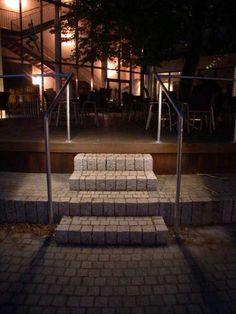Edelstahlgeländer mit LED Beleuchtung vor dem Thega Filmpalast in Hildesheim