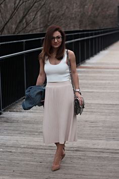 Casual chic look for spring occasions / white crop top and blush pleats midi skirt– MODE DELINA