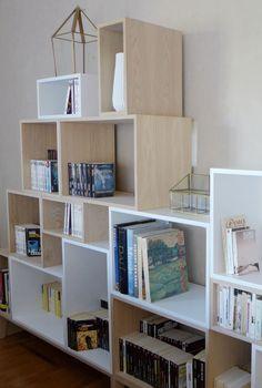 Agence Skéa | www.skeadesigner.com | Design d'espace, architecture d'intérieur et décoration | Bibliothèque Muuto Stacked dans séjour | assortiment bois clair et blanc.
