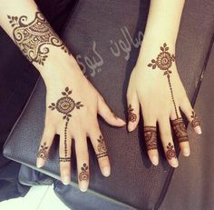 You HAVE to see these Minimal new mehndi design ideas for this wedding season! Party the mehndi party away with these back of the hand henna ideas! Henna Ink, Tattoo Henna, Henna Body Art, Henna Tattoo Designs, Henna Mehndi, Mehendi, Hand Henna, Mehndi Art, Mehandi Designs