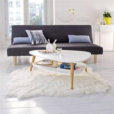 Esprit vintage, allure sobre et élégante, la table basse n'oublie pas d'être fonctionnelle avec son double plateau pour accueillir magazines et télécommandes.