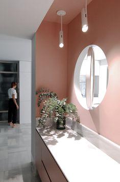 Los plafones de la colección LINK dan la bienvenida en el recibidor -con ventana a la cocina- rompiendo el rosa palo de la pared.