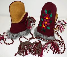 Burgundy / Moose Hide Mittens Made by: Dora Duncan, a Sahtu Dene of Colville Lake, NT residing in Alberta. Sewing Leather, Leather Craft, Native Wears, Beaded Moccasins, Beadwork Designs, Indian Crafts, Nativity Crafts, Native Beadwork, Mittens Pattern