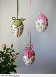 Super adorable hanging patchwork Easter eggs for crafty souls! Quilted Ornaments, Fabric Ornaments, Xmas Ornaments, Christmas Baubles, Handmade Christmas, Egg Crafts, Easter Crafts, Spring Crafts, Holiday Crafts