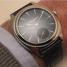 The Galet Square measuring 41 x 41 mm is intended to assert a bolder presence on the wrist than the models that inspired it. Thank to @antoine.de.macedo