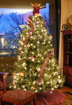 Albero di Natale con nastri rossi