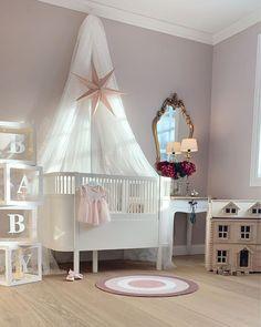 """𝙰𝚛𝚒𝚎𝚕 𝙲𝚑𝚊𝚛𝚕𝚎𝚗𝚎 𝚂𝚎𝚒𝚖 on Instagram: """"🌸💕Baby girl💕🌸 Nyter den siste tiden av mammapermisjonen☺️🙏🏼 Det skal mye til for å toppe det siste halve året 😍🤗 Utrolig takknemlig!💕"""" Toddler Bed, Ariel, Baby, Furniture, Home Decor, Instagram, Pink, Child Bed, Decoration Home"""