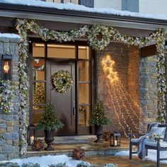 Having outdoor Christmas decorations is a fun way to decortate for the holiday season. Check out these front door christmas decorations to get fun ideas! Christmas Porch, Magical Christmas, Noel Christmas, Country Christmas, Christmas Wreaths, Exterior Christmas Lights, Christmas Greenery, Woodland Christmas, Decorating With Christmas Lights