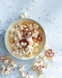 Unicorn Popcorn - It's impossible to eat just one handful of this colorful, salty-sweet treat. Party Snacks, Appetizers For Party, Christmas Pavlova, Dried Pineapple, Unicorn Foods, Nutritious Breakfast, Cookies For Kids, White Chocolate Chips, Burger