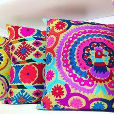 No clima do bordado explosão de cor nas capas de almofada da @teiuarte  Hoje teve passeio que é trabalho e trabalho que é passeio! #colaadora #teiuarte