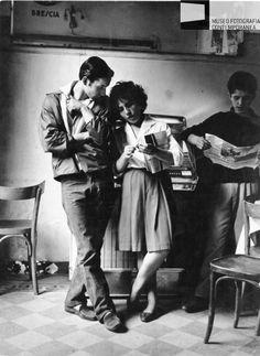 Brescia - Bar,coppia di ragazzo e ragazza al juke box, 1959.  Mario Cattaneo.