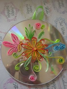 quilling on old CD good idea Origami And Quilling, Quilled Paper Art, Paper Quilling Designs, Quilling Paper Craft, Quilling Patterns, Paper Crafts, Quilling Ideas, Old Cd Crafts, Recycled Crafts