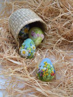 Osterei-Nadel gefilzt Eiern Home Decor Ostern Ornament  Einige Hase liebt euch! Dieses fesselnde Königsblau gefilzte Osterei Ornament ist einen skurrilen Dekor Akzent für ein Osternest oder sogar in Ihrem Haus angezeigt. Brauch handgefertigt von einer erfahrenen Handwerker, ist es wolle gefilzt und so bemessen, dass ein echtes Ei aussehen. Das äußere bietet eine beeindruckende Auswahl an Grün und Frühling Blumen, die lebhaft bunt sind. Sie können es auf den Tisch zu akzentuieren Ihr…