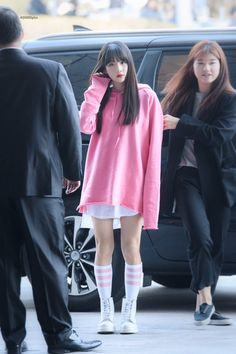 Yuehua Entertainment, Starship Entertainment, Airport Fashion Kpop, Xuan Yi, Cheng Xiao, Cosmic Girls, Airport Style, Kpop Girls, Rain Jacket