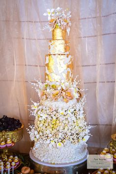 White and gold opulence by Mounia - http://cakesdecor.com/cakes/251252-white-and-gold-opulence