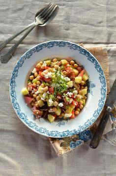 Je suis repartie dans mes recettes de salades. Après celle aux haricots, c'est une salade pois chiche à la tomate, concombre et feta...
