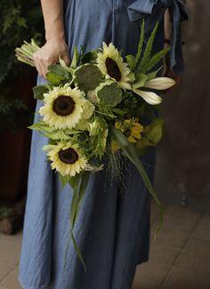 ヒマワリの花束 Round Earth, Family Photos, Flower Arrangements, Wedding Flowers, Floral Design, Bloom, Plants, Magic, Summer