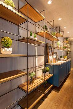 decoração, decoração de escritório, escritório, espaço comercial, luz natural, plantas na decoração, plantas, armário azul, café, espaço para café.