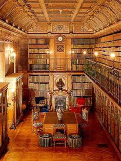 Le Cabinet des livres du Duc d'Aumale contient 13 000 volumes : 750 livres manuscrits et 10500 imprimés. Château de Chantilly.