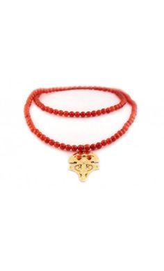 Long sautoir Maori en plaqué or, perles agate rouge. Les yeux du Maori sont en cabochons agate rouges Long sautoir Maori - orange. Ce sautoir aux perles agate rouge autour de votre cou vous apportera chance, amour, richesse, protection, équilibre, stimule le bien être, elle facilite l'élocution et adoucit les cordes vocales. Marque KALEE