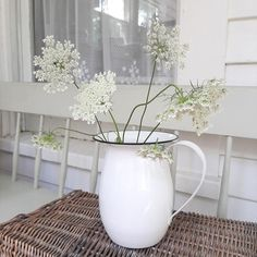 Country Cottage Living, White Cottage, Wire Wall Basket, Baskets On Wall, Vintage Farmhouse, Farmhouse Decor, Country Decor, Old Farm Houses, Black Rims