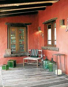 La galería, con los mismos elementos campestres que componen la casa.