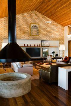 Casa de Campo de madeira, aço e vidro (Foto: Edu Castello/ Divulgação) Modern Furniture, Home Furniture, Home Theater Design, House Design, Kitchen, Fireplaces, Home Decor, Decorating Ideas, Vogue