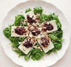 Das perfekte Rucola Salat mit Pflaumen-Chutney an Parmesan und Haselnüssen-Rezept mit einfacher Schritt-für-Schritt-Anleitung: Den Zucker in eine Pfanne…