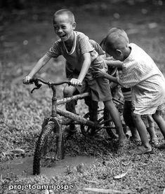 """Devemos aprender com as crianças: """"A criança pode nos ajudar a resgatar e preservar virtudes dadas por Deus que ainda estão presentes nela, como a capacidade do perdão, o amor sincero, a amizade fácil, a espontaneidade, a dependência e a humildade""""."""