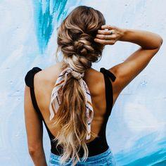 Hopping on the scarf trend 💁🏼♀️🌈☀️ . . . #ameliahairandmakeup #braidstyle #weddinghairinspo #mauihairstylist #mauimakeupartist…