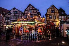 Un merveilleux manège sur le marché de la Petite Venise (Photo : Viajeros Callejeros) #Colmar #Alsace #France #Noël #Christmas #Weihnachten #travel #voyage #Reise #magie #magic #Zauber #manège #Karussell #carousel #marché #Markt #market (www.noel-colmar.com)