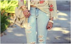 Calça jeans rasgada nunca sai de moda ;)