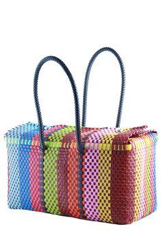 Bolso Gisela:Este divertido y colorido bolso ha sido tejido amano por artesanos mexicanos.  lo puedes llevar a la playa, también como una patalear o simplemente para adaptar tu atuendo etnico.  Medidas: 37 x 17 x 20 cm.