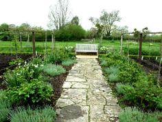 Sea cual sea el diseño de su jardín precisará vías de acceso a las zonas de cultivo. Varias soluciones son posibles: temporales o permanentes, vegetales o minerales …