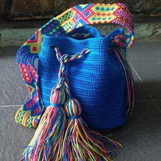 DESCRIPCION Este hermoso y unico Morral tejido a mano por Artesanos Mexicanos en zona Maya, se ha inspirado en la idea original de la bella bolsa Wayuu de Colombia y Venezuela.  El increíbles diseño del Tejido de su Asa es típico es 100% Mexicano y representativos de la ancestral y colorida Cultura Artesanal Maya.  FOTOS DE LA PAGINA Los Modelos de las fotos son solo Muestras, los colores pueden no estar disponibles.  IMPORTANTE SOLICITAR FOTOS DE NUESTRAS BOLSAS EN EXISTENCIA Por favor… Yarn Projects, Crochet Projects, How To Look Expensive, Fashion Updates, Embroidery Techniques, Leather Handbags, Hand Knitting, Purses And Bags, Knit Crochet