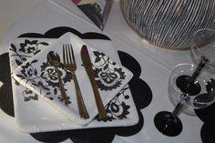 #Piatti quadrati in Carta #riciclabile deco #Persia in Bianco e Nero in contrasto con il #Sottopiatto in #TNT nero e #Calici Usaegetta Neri e Trasparenti. #Eleganza e #Praticità a tavola