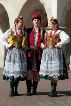 Folk costumes from Kraków, Poland [source].