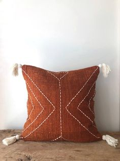 Burnt Orange Pillow with Tassels. Hand-dyed rust colour with stitch finish. Orange Cushions, Boho Cushions, Diy Pillows, Decorative Pillows, Throw Pillows, Cushion Covers, Cushion Pillow, Pillow Set, Diy Rangement