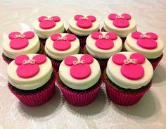 Cupcake Minnie cor de rosa. #placeofcakes #cupcake #minniemouse